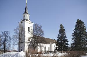Fackeltåget möts av kyrkklockorna på söndagkvällen.