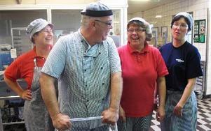 Selmina Alisic, Panos Baisakos, Gunn Rusten och Anna-Lena Rustas fixar och donar i köket. FOTO: LINNEA JOHANSSON