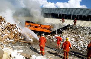 Tonvis med papper utanför IL Recyclings anläggning i Johannedal började brinna på fredag eftermiddagen. Branden startade från tuggmaskinen.