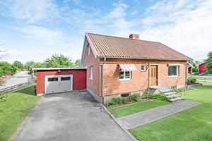 Ännu en villa i Hille är detta hus med källare, altan och trädgård.