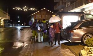 Knappast skidväder, några snowboardåkare får trängas med paraplyer i Adelboden.