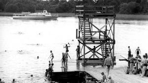 Återuppstått. Hopptornet i sundet mellan Östra holmen och Elba var mäkta populärt. Den här bilden togs förmodligen så sent som på 1950-talet. Tornet revs men har återuppstått i en enklare version. Båten är M/S Björnön.
