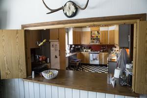 Serveringsluckan ut till köket där man serverade kyrkkaffet efter gudstjänsten är intakt.