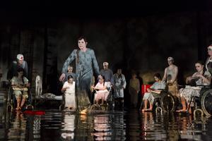 Den döda Gretchen, i Anna Anderssons gestalt, berättar om Fausts möte med henne i en scen som utspelar sig i en vattenbassäng som också blir blod.