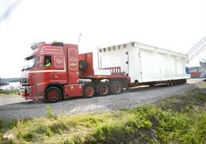 En specialtrailer som kördes av Rune Olofsson fraktade första delen av brolådan från kaj till land.