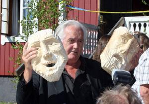 Ett par skräckinjagande masker var en utav många gåvor Henning Mankell fick av gästerna.