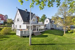 Villan är byggd på 1920-talet och 152 kvadratmeter boyta plus ett gårdshus med två lägenheter.