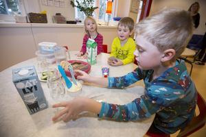 Bra hygien är extra viktigt när man äter. Alice Torssell, Casper Nyström och Gustav Olsson har alla tvättat händerna innan mellanmålet.