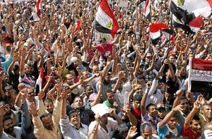 Förövning. I fredags samlades tusentals på Tahrirtorget i Kairo för att protestera mot undantagslagarna. På söndag slog de styrande militärerna till med våld demonstranter. Det politiska läget hårdnar i Egypten. arkivbild: Khalil Hamra/scanpix