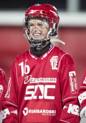Siri Englund är världsmästare, men inte i bandy – utan hinderlöpning.