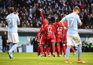 ÖFK-spelarna jublar efter Fouad Bachirous 2–0 mot Malmö.