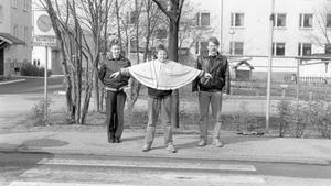 Sura står det kort och gott på baksidan av den här bilden som togs 1989. Nu vet vi mer! Läs artikeln om polisen Ragna Ihrelius här på nostalgi - hon kände igen sig själv på den här bilden.