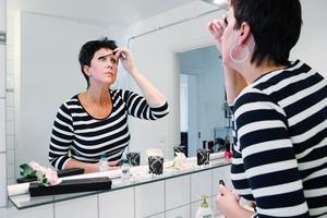 Att sminka sig brukar vara en enkel sak. Men för Ann-Marie värker det i axlarna när hon håller upp mascaran.