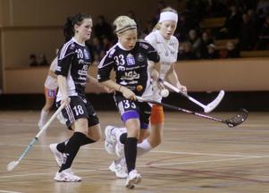 Frida Lans och Ella Liljebäck kommer med fart. Foto: Mikael Stenkvist