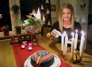 Premiärtändning av luciakronan för Härjedalens lucia Amanda Björk. Vilket gick bra.