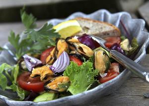 Rökta musslor med salladsgrönsaker är rena festmaten när man är ute i naturen. Skär grönsakerna först vid tillagning.