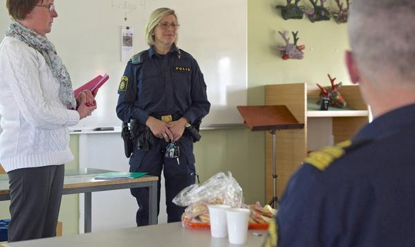 Polisen och kommunen informerade om Polisens nya organisation och samarbeten för att förebygga brottslighet. Kommunalrådet Gunilla Zetterström Bäcke och Ingrid Larsson, polis i Sveg och tillförordnad chef för polisverksamheten i Härjedalen och Berg, pratar med de två intresserade besökarna som dök upp i Hede och som ville vara anonyma.