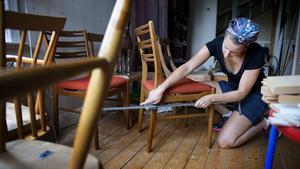 Möblerar du med antikviteter hemma och använder dem dagligen är det en bra idé att möblera om då och då, så att solljuset träffar möblerna från olika vinklar. Då blir blekningen inte lika tydlig. Att måla äldre möbler är inget som Julia Norman gillar.