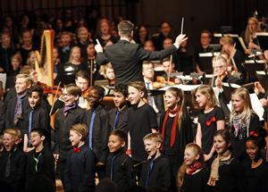 Trots att vårcapricen till stor del blev de vuxnas konsert fick eleverna i musikklasserna visa sin kapacitet i både röstkontroll och förmåga att ta till sig främmande språk. Andreas Hanson dirigerade Sinfoniettan.