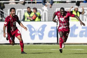 Ken Sema, till höger,  jublar efter att han gjort 1–0 mot Djurgården.