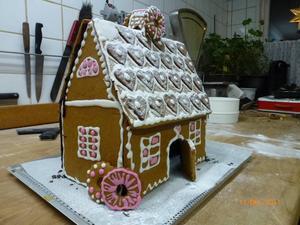 Det här huset har Torsåkerstjejerna Alva, 13 år och Agnes, nio år, Persson bakat.
