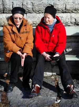 Görel Rikardsson till vänster och Kerstin Ljungqvist är grannar i centrala Östersund. De köper inte så mycket mat att de blir tvungna att slänga.