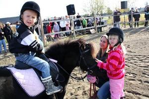 Alla ville rida. Joar Stenlund och Kristin Bengtsson turades om att rida på shetlandsponnyn. Kristins mamma Janet hjälpte till.