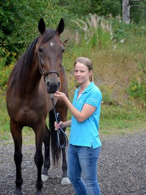 Caroline Åkerlund med hästen Västerbo Collect, som hon tidigare i år vann ett V75-lopp med.