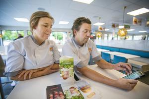 Håkan Engström visar den nya appen som man kan beställa och betala mat genom.