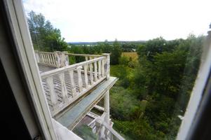 Herrgården ligger högt och vackert. Utsikten över Hosjön skulle vara fantastisk, om den röjdes lite. Foto:Kjell Jansson