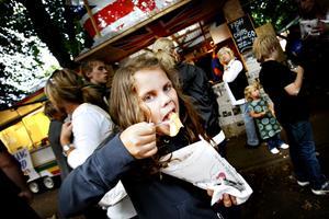 Nicoline Holm, 10 år, Gävle är fish 'n' chips (N. Kungsgatan)Hur smakar det där?– Sådär, ganska bra.Gillar du fisk då?– Nej, bara sådär.