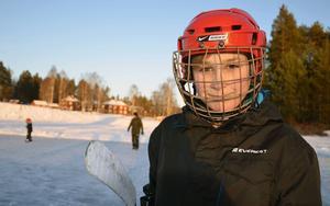 Ville Evjen, 10, tycker att Vojen-isen är nästan lika bra som i ishallen.