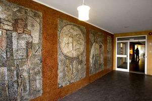 Utsmyckat. Stora trapphusets väggmosaik är skapad av konstnären Nisse Zetterberg.