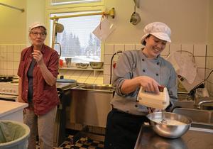 Kokerskorna Bibbi Eriksson och Sara Mattsson förbereder dagens vinnarmat: tacobuffé och marängsviss eller chokladpudding med grädde.