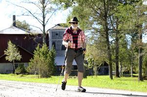 Här kommer Gunnar Blommé gående på byvägen i Ågs bruk - men som nybliven pensionär tänker han inte lägga sig på sofflocket.
