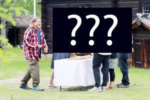 Erik Ekstrand har roligt under sista inspelningsdagen på Gammelgården, då den tredje personen i hans matlagarteam valdes ut. Vilka tre som är med avslöjas i höst då programmet visas i SVT.