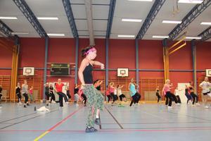 Camilla Strand, zumbainstruktör, höll deltagarna igång i två timmar i Slottegymnasiets sporthall.