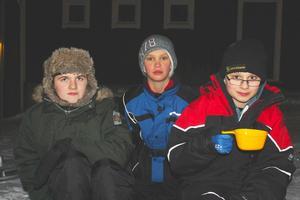 Anton Larsson, 11 år, Simon Svensson 11 år och Fredrik Nordenstål 12 år har klätt sig väl i kylan och värmer sig med lite varm O'boy.