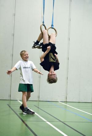 Både lianerna och ringarna var väldigt populära. På tisdagen tränade halva gruppen gymnastik. Här syns akrobatiska trick i ringarna.