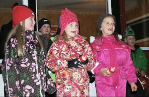 Barnen sjöng vackra sånger, under ledning av kantor Margaretha Dahlén. Här är det Sanna Blom, Emmy Lövgren och Tindra Österberg som tar i för full hals.