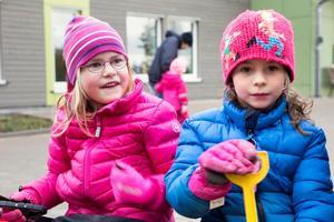 Femåriga Stella Ribjer och Lovisa Olhans gick tidigare på var sin mindre förskola. På Slättaskogen har de blivit kompisar.