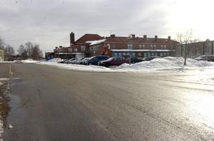 På området mellan Celsiushallen och hälsocentralen i Edsbyn finns nu mer en vändplan och avstigningsplats för skolbussarna. De som skjutsar barnen i egen bil ska inte lämna av barnen här utan efter Gyllenvägen.