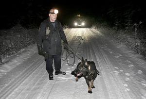 Polismannen Per Ahlkvist och hans hund Qross fanns bland dem som i går kväll letade efter den försvunne 50-åringen. Man sökte efter mannen i skogsmarkerna på båda sidorna om länsväg 247.