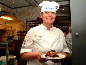 Marie Astorsdotter på Åre bageri har skapat den officiella Årebakelsen med bland annat chokladgrädde och passionsfrukt – garanterat supersmarrig.  Foto: Elisabet Rydell-Janson