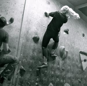 I Norrköping gick för någon vecka sedan en tävling i inomhus-väggklättring av stapeln. Smidiga deltagare av bådakönen tog sig raskt uppför väggarna följandes nyskapade klättringsleder.