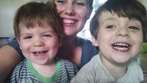 Au pair. Clara tillsammans med pojkarna Hunter och Dash som är två respektive tre år på bilden. Foto: Privat