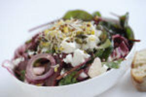 En härligt djupröd sallad med rödlök, rödbetor och rosésallad passar bra till fetaost.