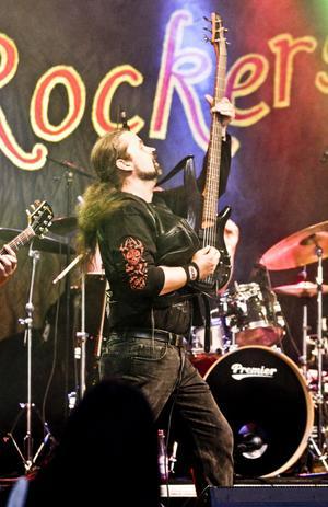 Mobile Rockers underhöll publiken sent på lördagskvällen. med allt från AC/DC via Jimi Hendrix tyill Eddie Meduza.