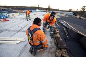 Taket på Nobinas bussgarage i Härnösand blåste bort under natten.
