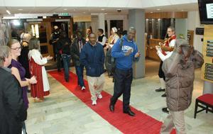 Röd matta, spelmän och dansare mötte gästerna från Uganda i måndags kväll.